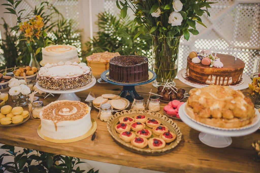 crear un candy bar de tartas y flores