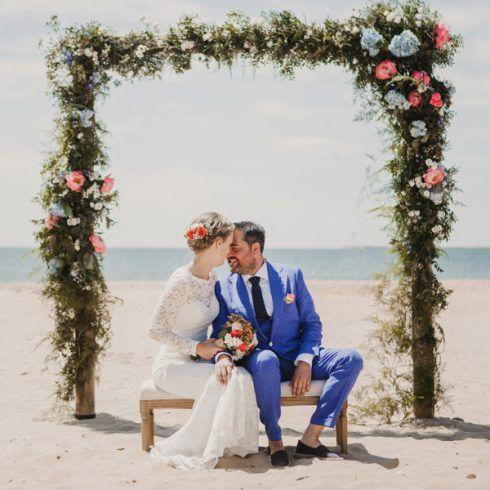 arco de flores en la playa